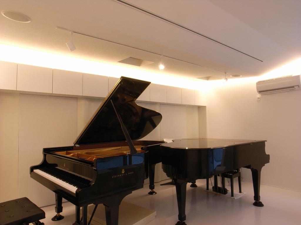 戸建て住宅に制作したピアノが2台入る防音室
