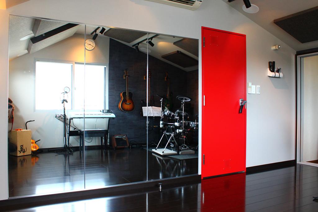戸建住宅に制作した電子ドラムやホームシアター楽しめる多目的防音室