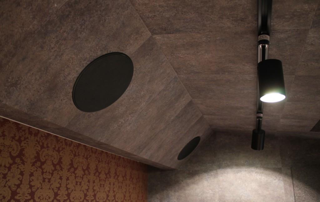 多目的防音室の天井埋め込みスピーカー
