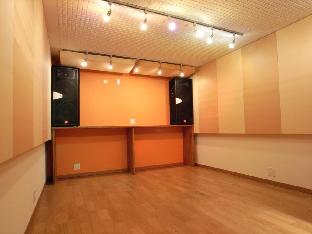 お寿司屋さんを改装し楽器演奏とラジオ収録を可能にした防音室